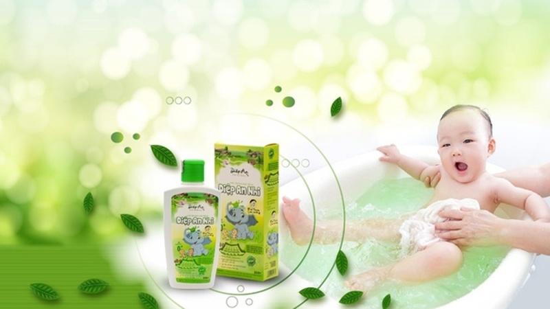 Nước tắm Diệp An Nhi cùng mẹ chống chàm sữa cho con.