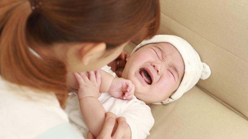 Trẻ bị hăm ở vùng kín thường bị ngứa ngáy, đau rát do tổn thương