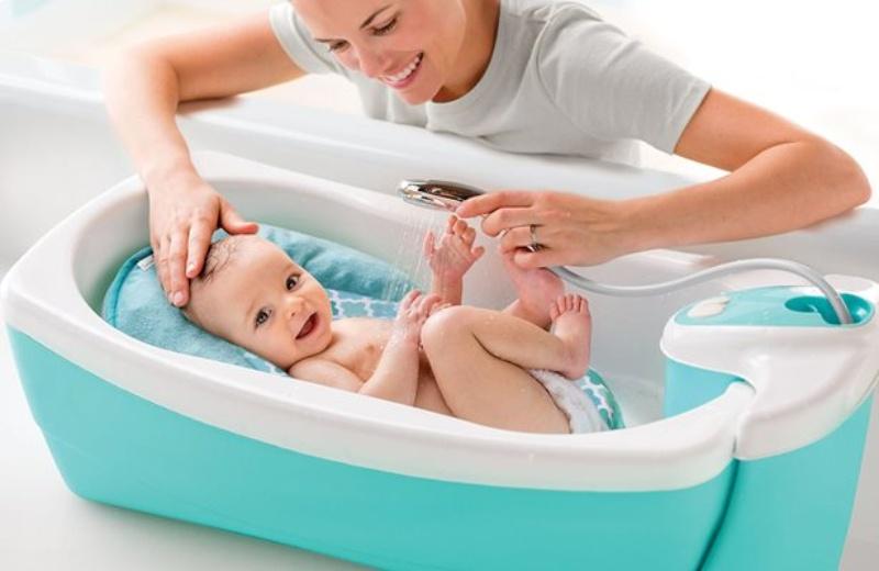 Cách tắm cho trẻ sơ sinh vào mùa hè