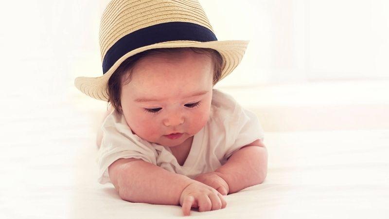 Giữ cho cơ thể bé mát mẻ bằng cách mặc các quần áo làm từ chất liệu hữu cơ