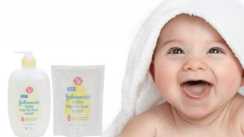 Với thành phần tự nhiên lành tính, mẹ hoàn toàn yên tâm sử dụng sữa tắm Johnson's Baby