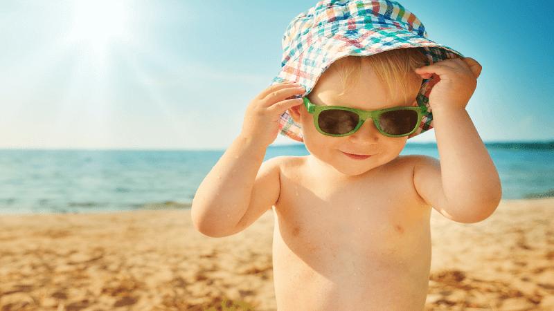 Nên cho bé tắm nắng trong khoảng thời gian từ 6 – 8 giờ sáng và sau 5 giờ chiều