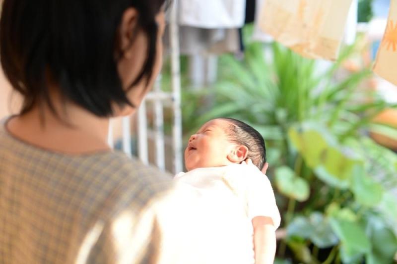 Tắm nắng chữa vàng da ở trẻ sơ sinh
