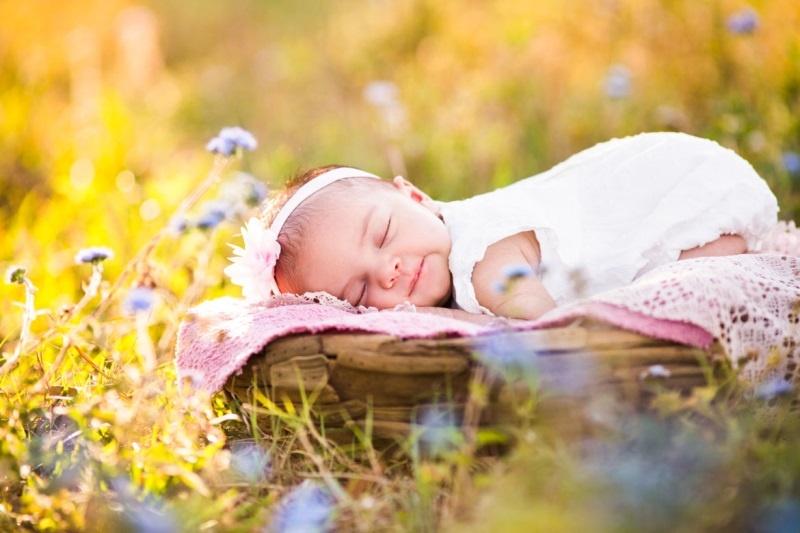Tắm nắng chữa vàng da cho trẻ sơ sinh