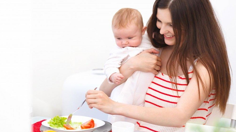 Mẹ cần lưu ý trẻ bị chàm sữa kiêng ăn gì để xây dựng chế độ dinh dưỡng phù hợp