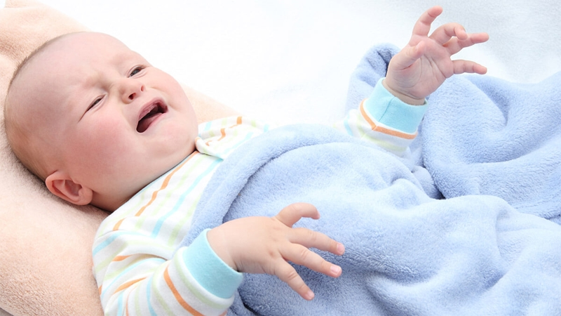 Mặc quần áo thoải mái rộng rãi cho bé