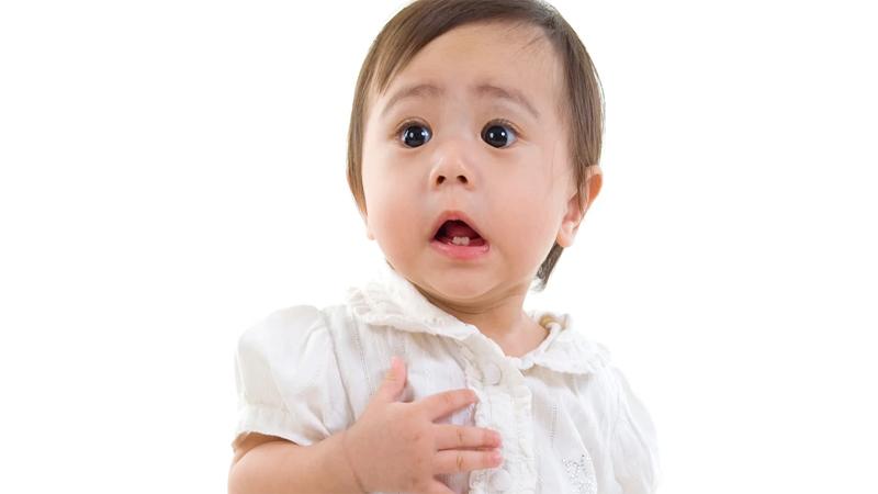 Giai đoạn trẻ sốt mọc răng đầu tiên sẽ bắt đầu từ hai chiếc răng sữa