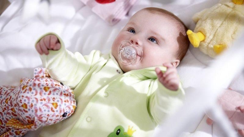 Tiến hành tắm nắng cho bé vào mùa đông sau 10 ngày tuổi