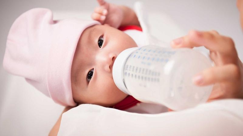 Dị ứng sữa công thức ở trẻ, mẹ cần khắc phục như thế nào?