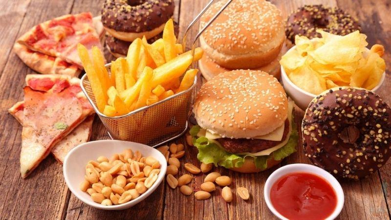 Trẻ bị viêm da cơ địa mẹ nên kiêng đồ ăn nhanh, chứa nhiều dầu mỡ