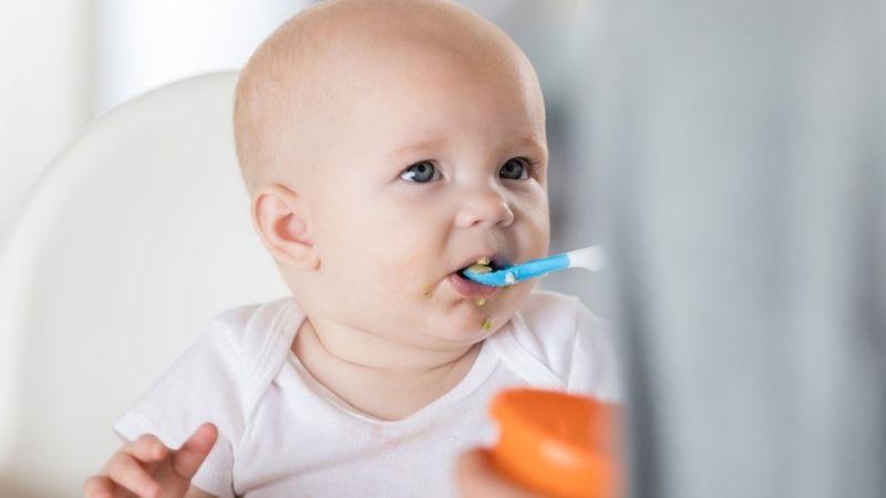Mẹ nên đề phòng trẻ có thể bị dị ứng thực phẩm khi bị viêm da cơ địa