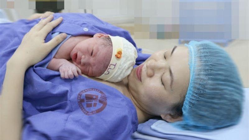 Da của trẻ sơ sinh không đều màu, tại sao?