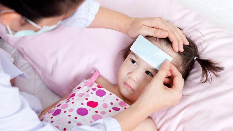 Trẻ nhỏ bị sốt phát ban