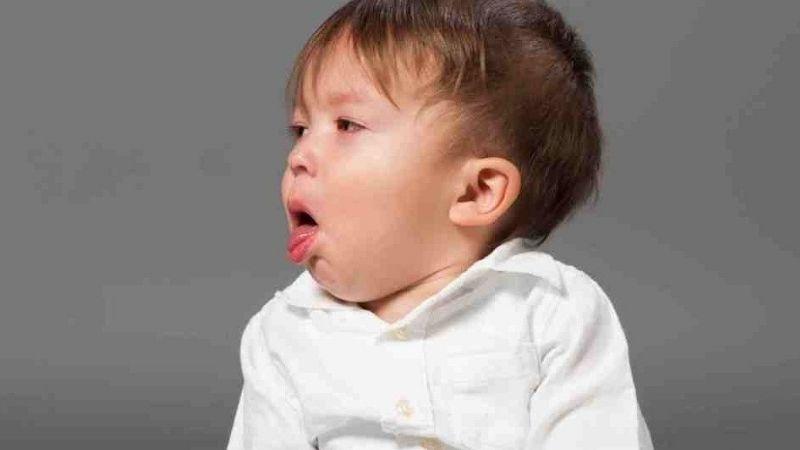Ho là biểu hiện thường thấy khi trẻ bị viêm phế quản