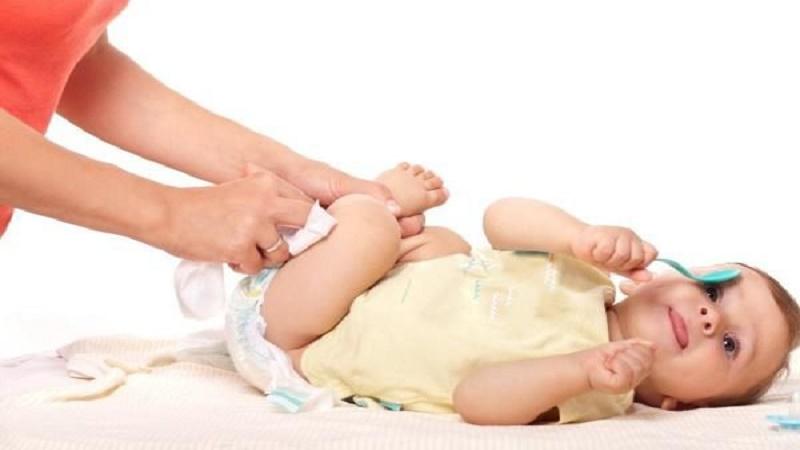 Trẻ sơ sinh dưới 1 tháng tuổi bị tiêu chảy là do 2 nguyên nhân chính: Phản ứng với thực phẩm mẹ ăn và dị ứng sữa công thức.